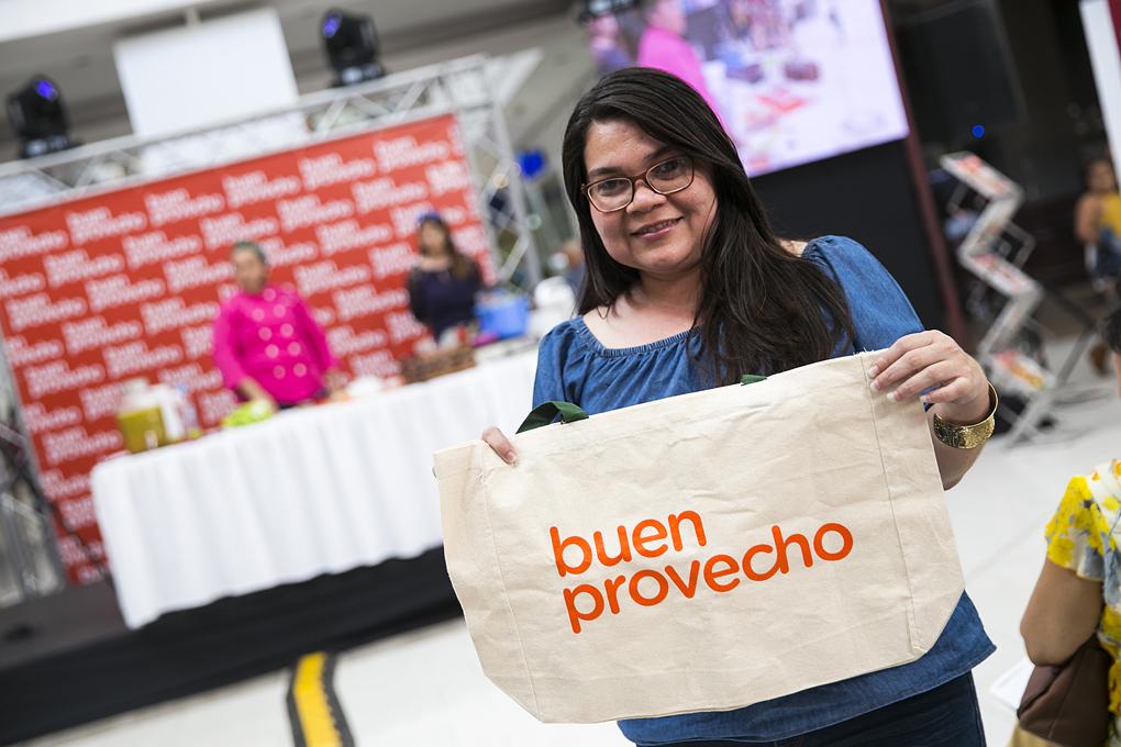 Una feliz ganadora de un bolso Buen Provecho.