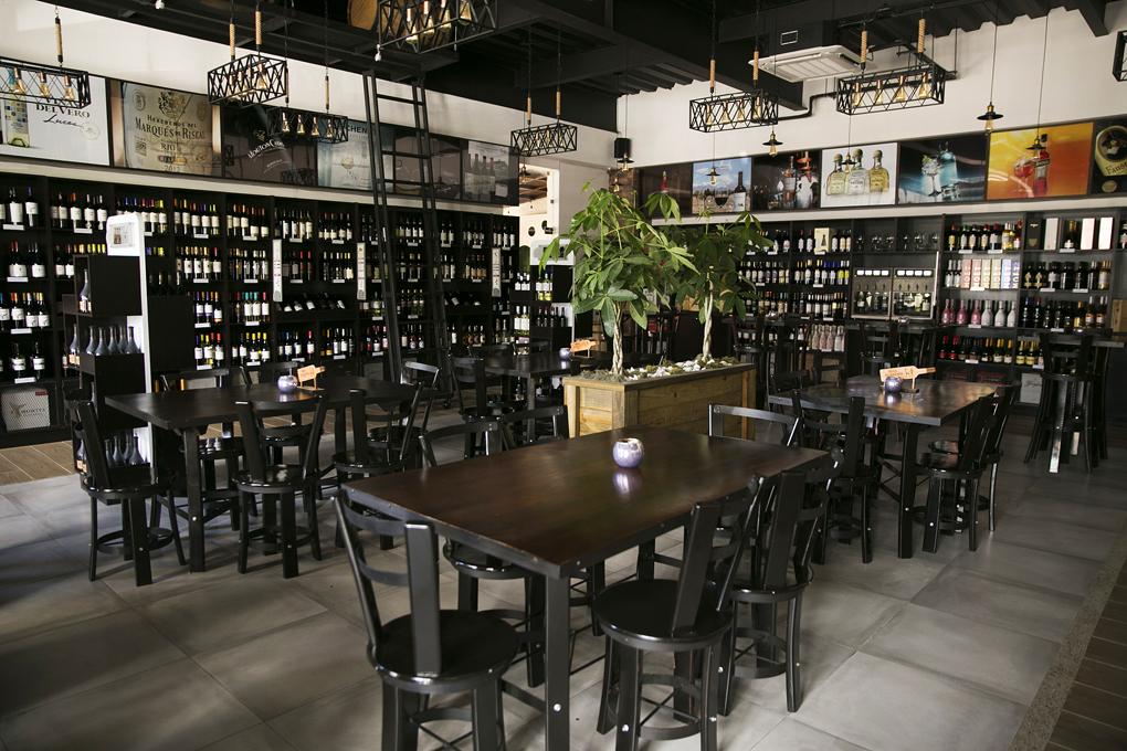 Desde que entras a La Barrica puedes observar la variedad de vinos.