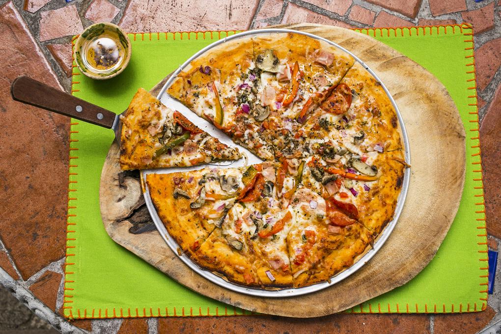 Pizza la coqueta con exquisito chile de la casa preparado con aceite de oliva.