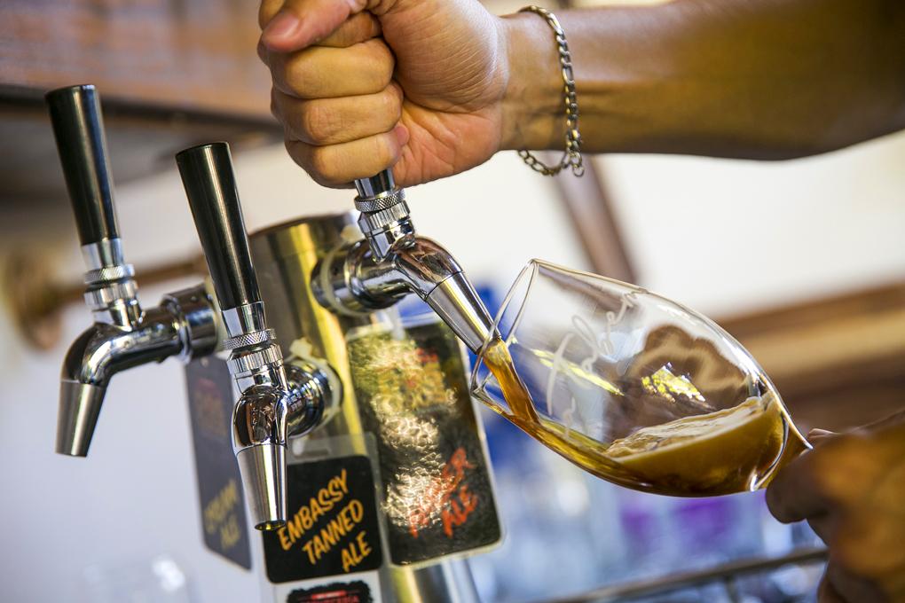 ven a disfrutar de la rica variedad de cervezas.