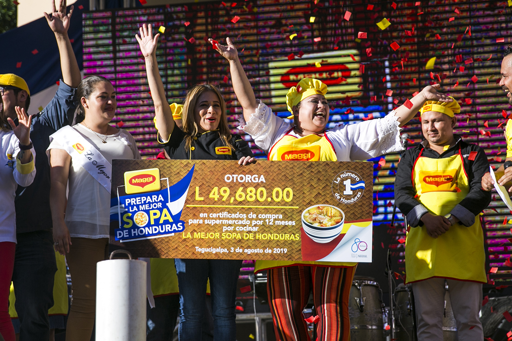 La ganadora del primer lugar Susy Márquez desbordando de alegría con su premio