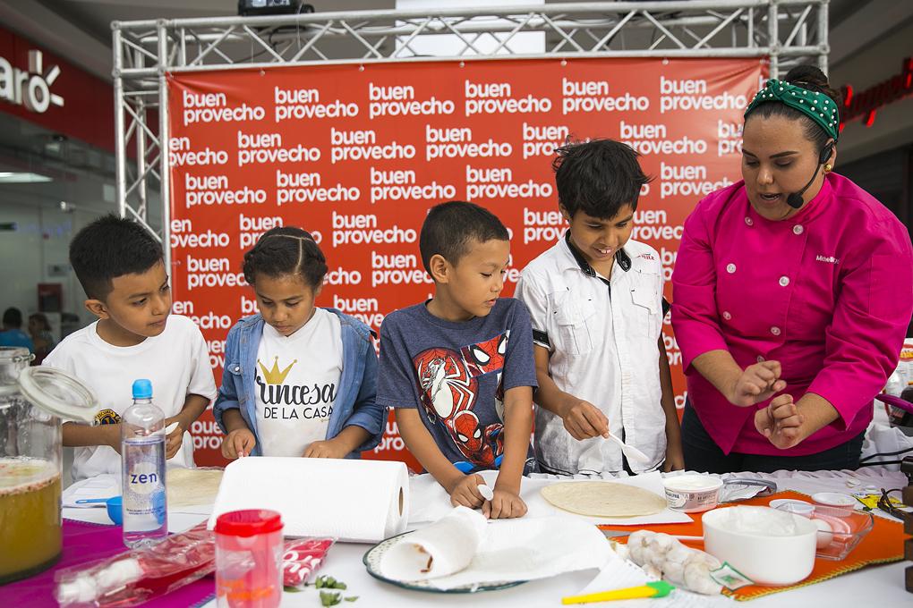 La Chef Fùgon cocinando con los niños que asistieron con sus padres.