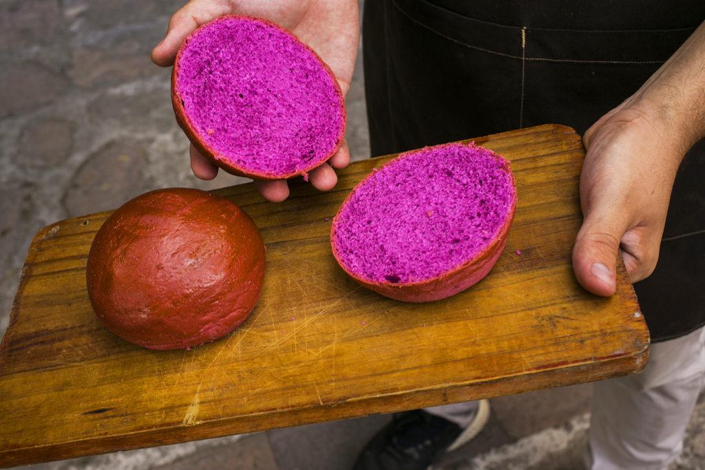 Suave y delicioso pan artesanal con extracto de remolacha.