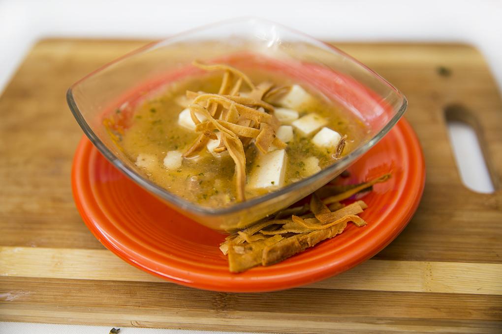 Sopa de tortilla exprès, con queso y tortilla frita encima.