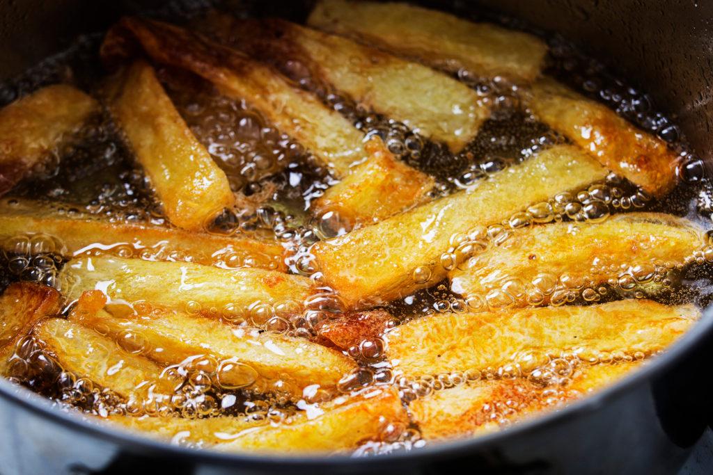 Papas fritas en sartén