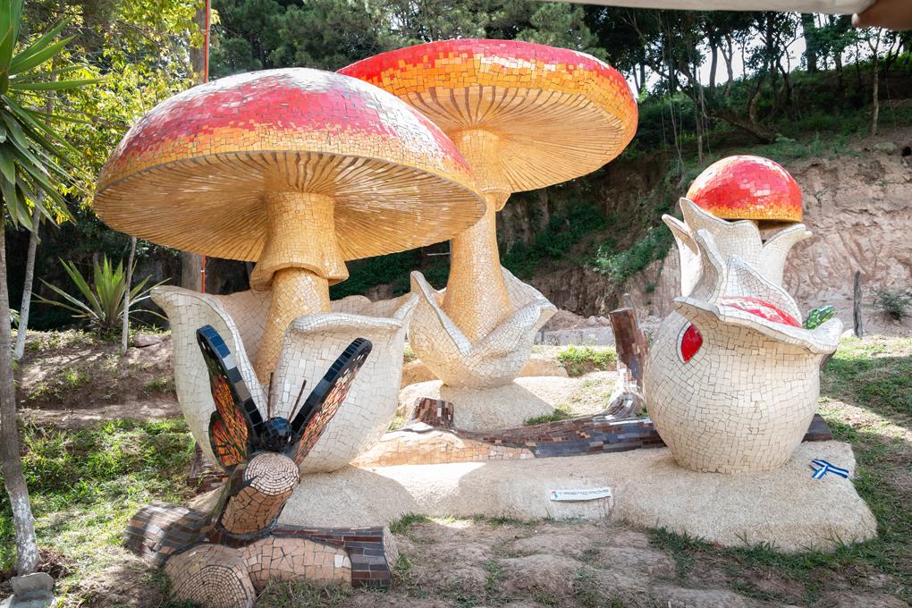 Monumento al choro, estatuas elaboradas de cerámica.