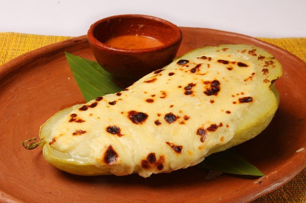 Chancleta rellena de quesillo y su salsa roja.