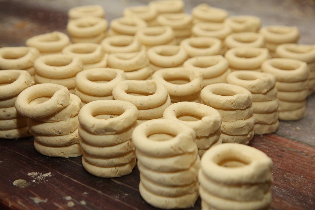 Rosquillas apiladas para introducirlas al horno.