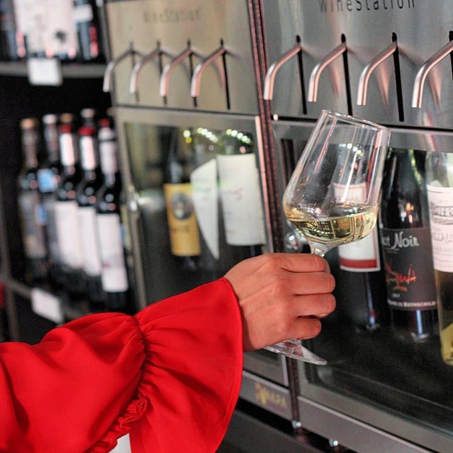 Maquina dispensadora de vino, lo conserva hasta 30 días después de abierta la botella.