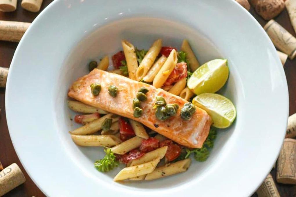 Deliciosa pasta y salmón combinan perfecto con un buen vino.