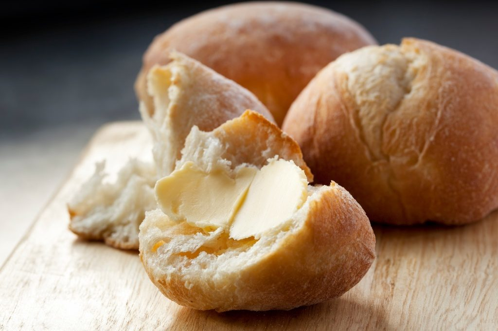El pan de coco se acompaña con trocitos de margarina.