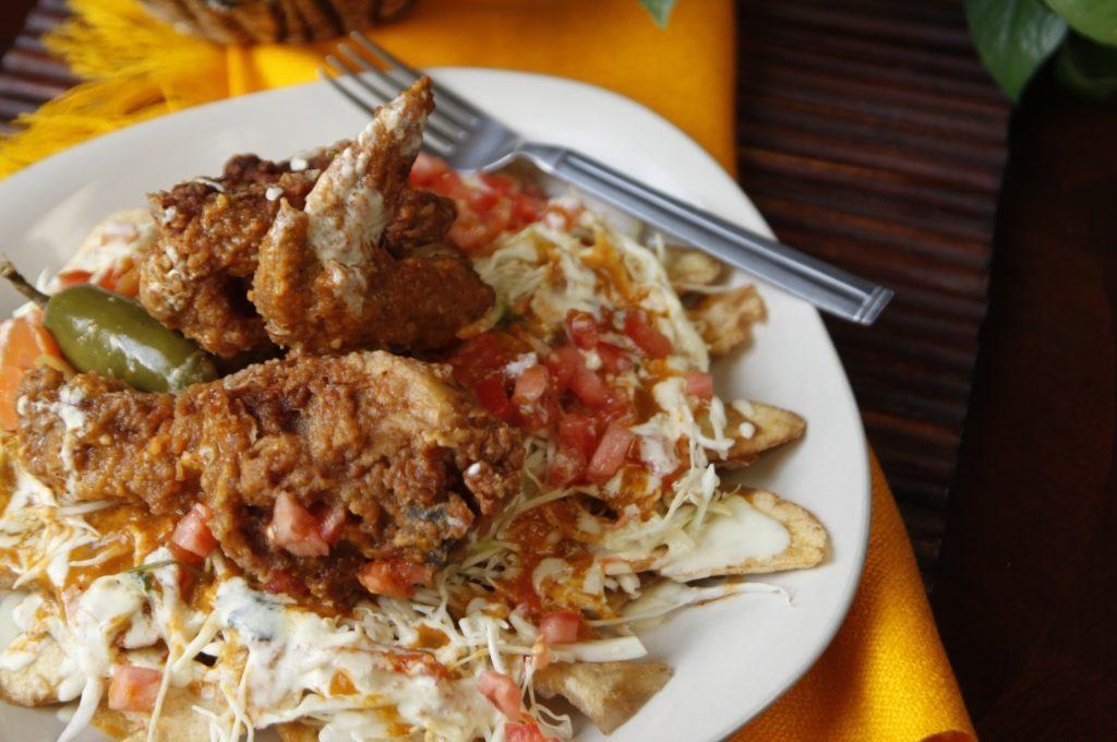 Delicioso pollo chuco bañado en sus salsas y aderezos.
