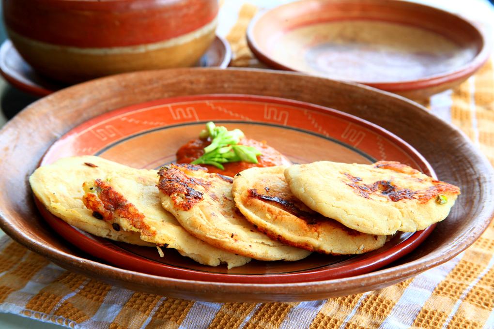 Las pupusas de loroco son muy populares en el occidente del país.