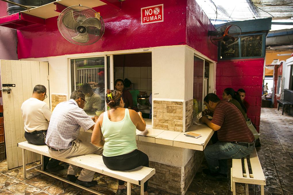Diferentes negocios de comida 100% hondureña.