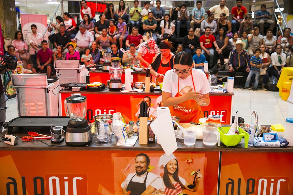 Amantes de la gastronomía demostraron sus dotes en la cocina.