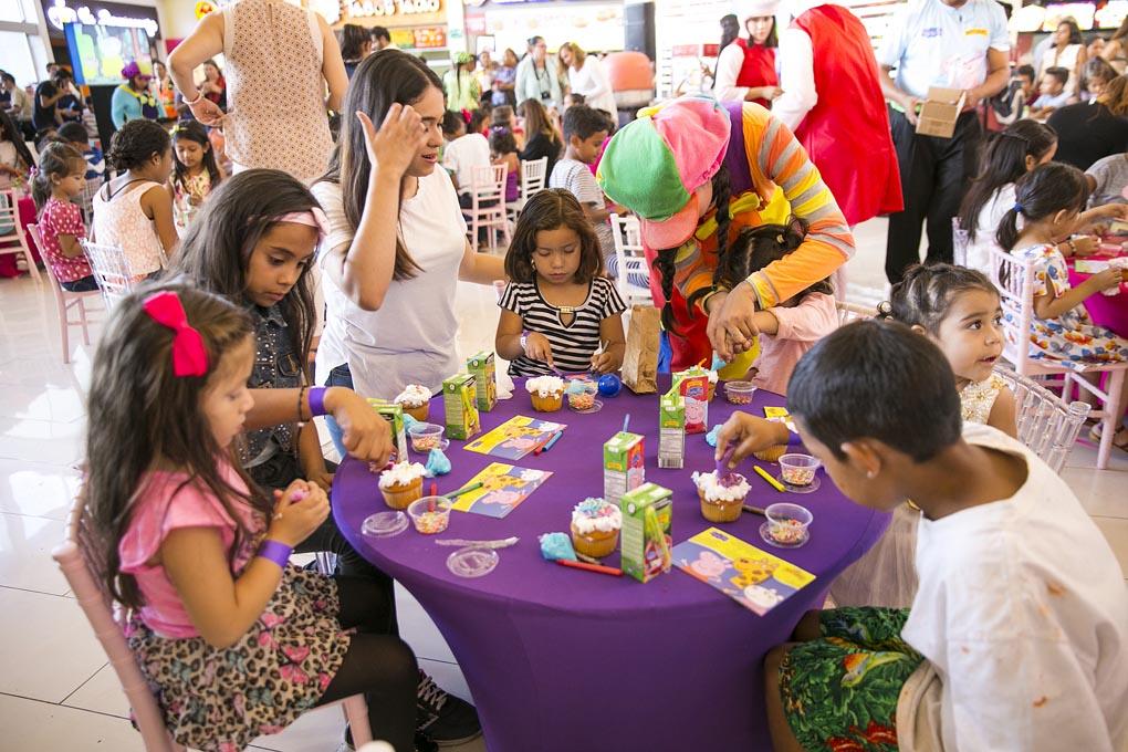 Los niños disfrutaron la clase de decoración de cup cakes.