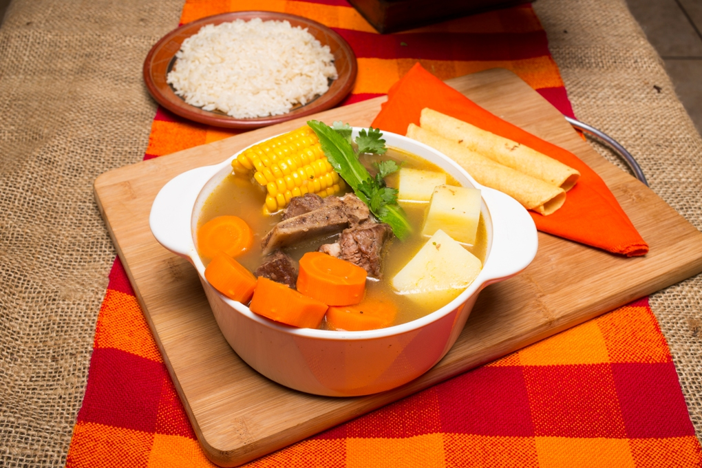Deliciosa sopa de olla, acompañada de arroz.