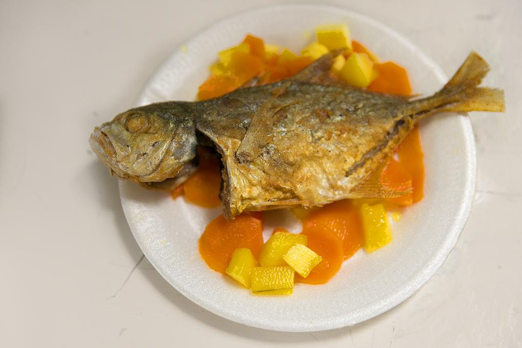 Pescado asado con encurtido de zanahoria y piña.